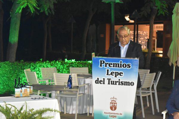 Juan Cuarterola recibiendo el Premio turismo 2020